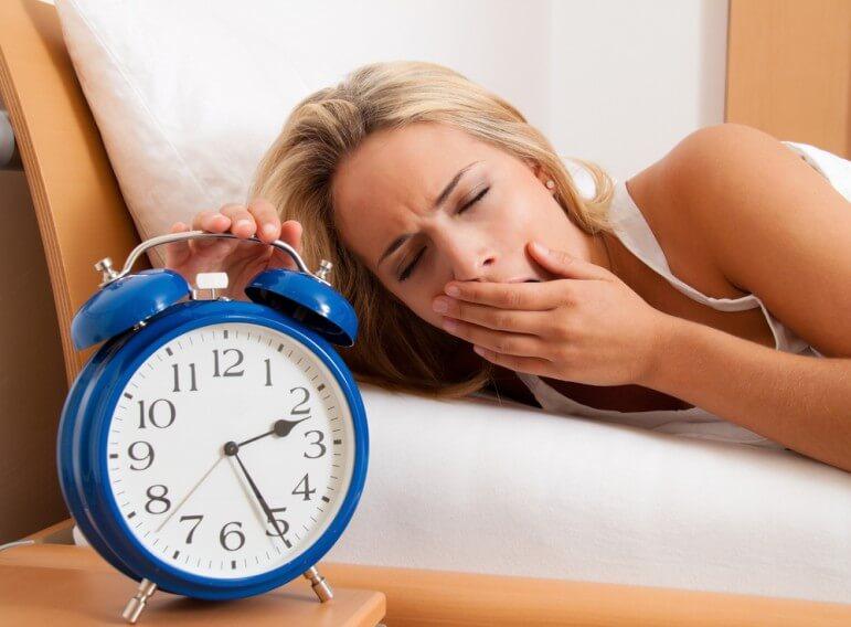 नींद की कमी की वजह से भी आपकी आँख फड़क सकती है