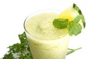 5 ग्रीन स्मूदी : अनन्नास और पालक की स्मूदी (Pineapple and Spinach Smoothie)