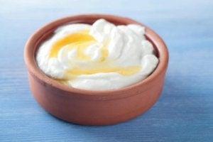 साफ़-सुथरी चमकदार त्वचा : honey yogurt mask