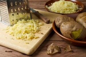 साफ़-सुथरी चमकदार त्वचा : Potato mask
