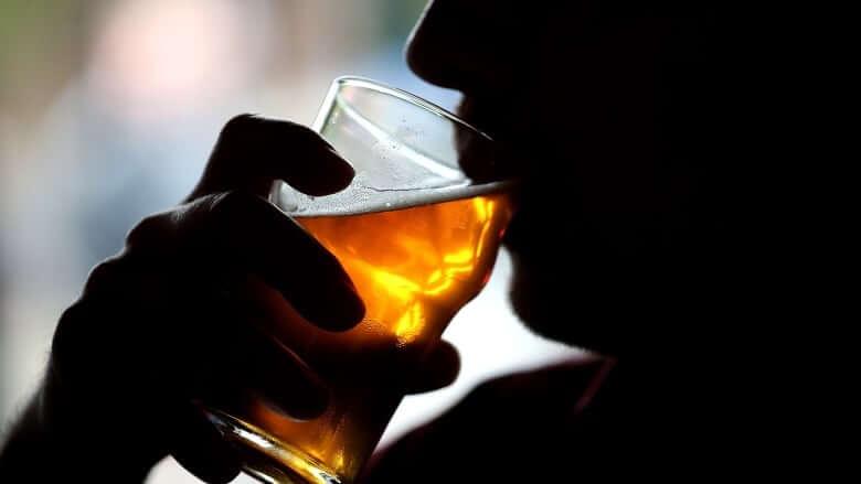 कहीं आपको शराब की लत तो नहीं लग गयी है? इन 6 लक्षणों की अनदेखी न करें