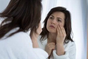 आंखों की सूजन और काले घेरों का कारण