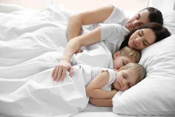 बच्चे जो अपने माता-पिता के साथ एक ही बिस्तर में सोते हैं