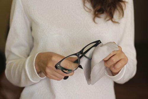 6 ट्रिक्स: चश्मे पर पड़ी खरोंच हटाने के लिए