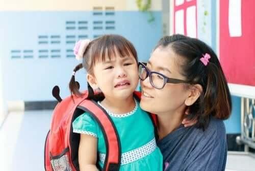 स्कूल में बच्चे का पहला दिन : 7 गलतियाँ जो पैरेंट करते हैं