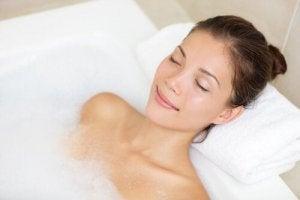 सिरदर्द से छुटकारा : गर्म पानी से स्नान (Hot water bath)