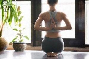 योग अभ्यास करना हो तो पानी ज़रूर पियें