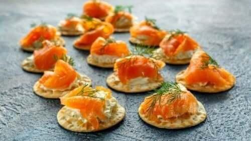 टार्टर सॉस रेसिपी से बनायें स्मोक्ड सैल्मन ब्लाइनि