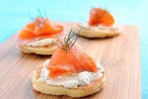 टार्टर सॉस रेसिपी से बनायें स्मोक्ड सैल्मन ब्लाइनि (blini)