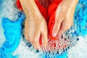 शर्ट की कफ और कॉलर की सफ़ाई के लिए डिशवॉशिंग साबुन