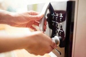 किचन स्पंज को डिसइन्फेक्ट करने के लिएमाइक्रोवेव
