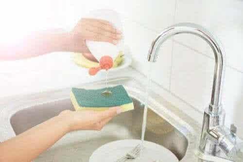 5 ट्रिक अपनी किचन स्पंज को डिसइन्फेक्ट करने के लिए