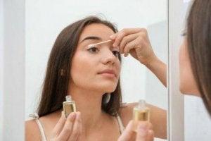 त्वचा की साफ़-सफ़ाई के लिए क्लीन्ज़र इस्तेमाल करें