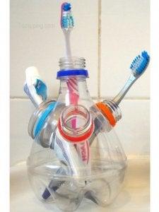 प्लास्टिक की बोतलें : टूथब्रश होल्डर