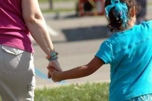 चाइल्ड अब्यूजर में ज्यादातर बच्चों के लिए अजनबी नहीं होते हैं