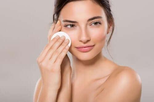 इन 4 घरेलू प्रोडक्ट से रूखी त्वचा को मॉइस्चराइज़ करें