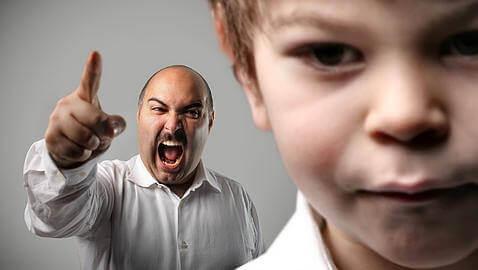 वे गलतियाँ जो बच्चों के बात न मानने पर पैरेंट करते हैं