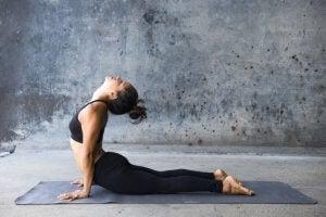 5 योगासन : भुजंगासन या कोबरा पोज (Cobra Pose)