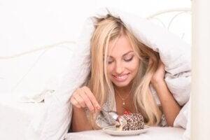 अस्वास्थ्यकर स्नैक्स खाना वजन घटाने में एक बाधा है
