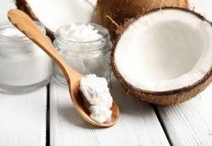 नारियल का तेल दे सकता है खूबसूरत पलकें