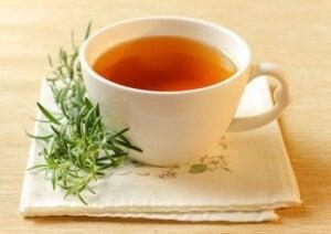 रोज़मेरी और नींबू बाम चाय से ब्लड सर्कुलेशन सुधारें