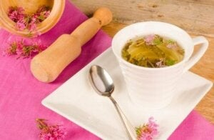 अनिद्रा के लिए वैलेरियन चाय (Valerian tea)