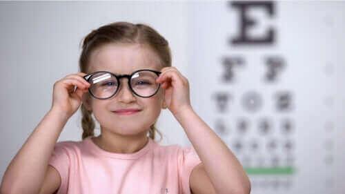 बच्चों में दृष्टिवैषम्य का पता कैसे लगाएं