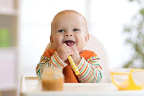 शिशु का दूध छुड़ाना: उसे खिलाने की शुरूआत कैसे करें