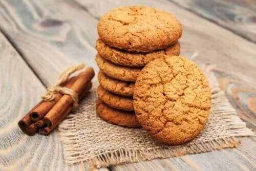 दालचीनी कुकीज़ के लिए एक आसान रेसिपी