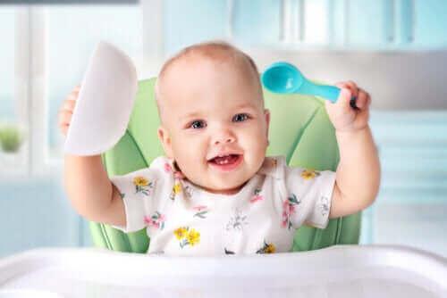 जाने अपने शिशु को ठोस आहार कैसे देना शुरू करना चाहिए