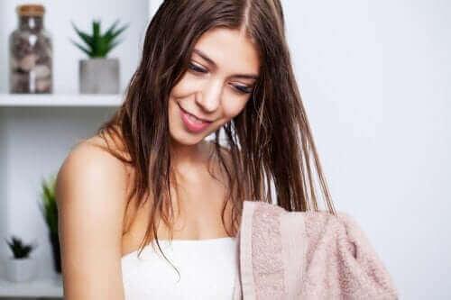 तैलीय बालों को धोने की बेस्ट टिप