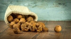 एंग्जायटी और डिप्रेशन में अखरोट (Walnuts) खाएं